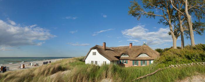 Ahrenshopp Haus in Dünen (c) AdobeStock_49228789